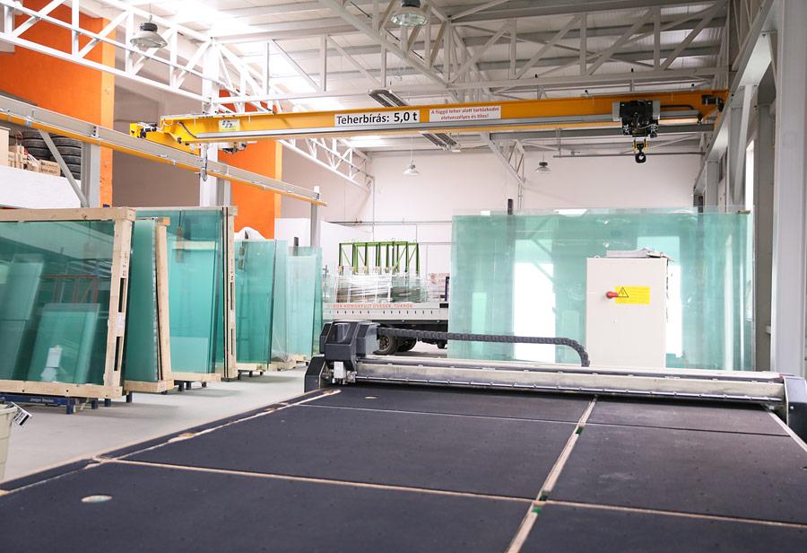 MKM Üveg Design Stúdió gyár, üvegvágó